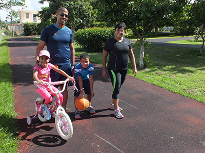 Familia hace ejercicios