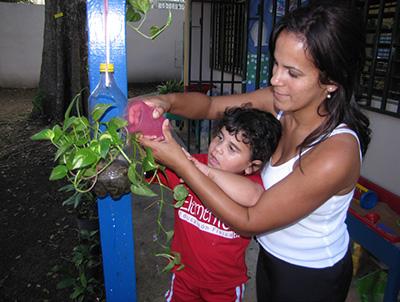 Maestra y niña en el patio