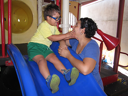 Niño con maestra durante el juego
