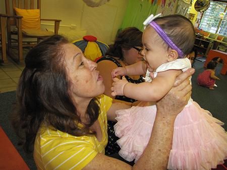 Abuela con niña en brazos