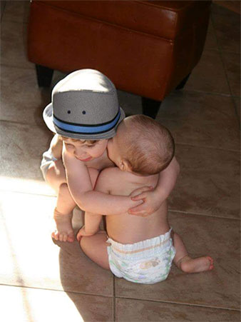 Infantes abrazándose