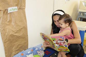Infante y maestra con libro