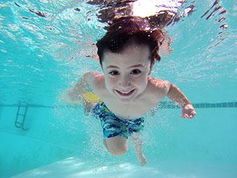 Niño nadando en una piscina