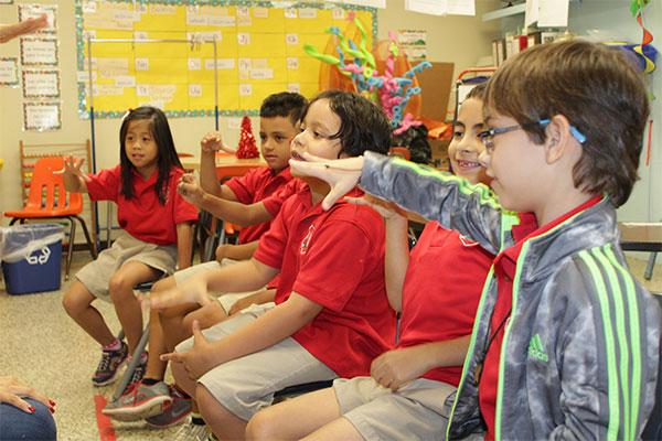 Interacción en la asamblea, participación significativa con la integración del lenguaje de señas.