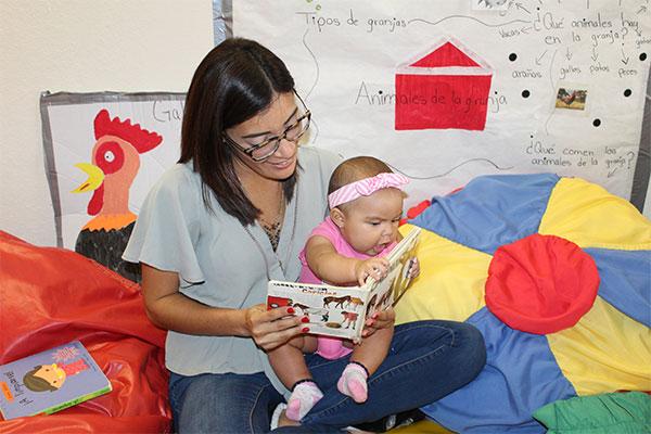 Lectura de cuento a infante, exploración de texturas, sonidos y gestos.