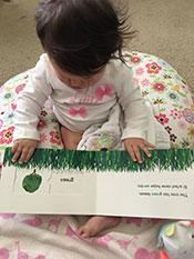 foto 2 de secuencia de bebé que contempla un libro