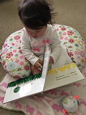 foto 3 de secuencia de bebé que contempla un libro