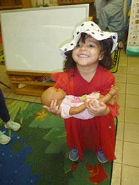 Niña con muñeca en brazos