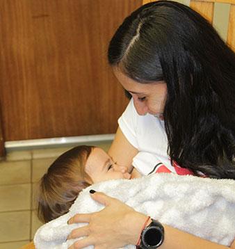 Una mujer amamanta a su bebé